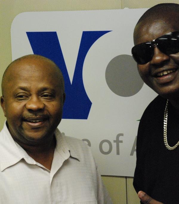 Profesa Jay na mkuu wa Idhaa ya Kiswahili-VOA Mwamoyo Hamza