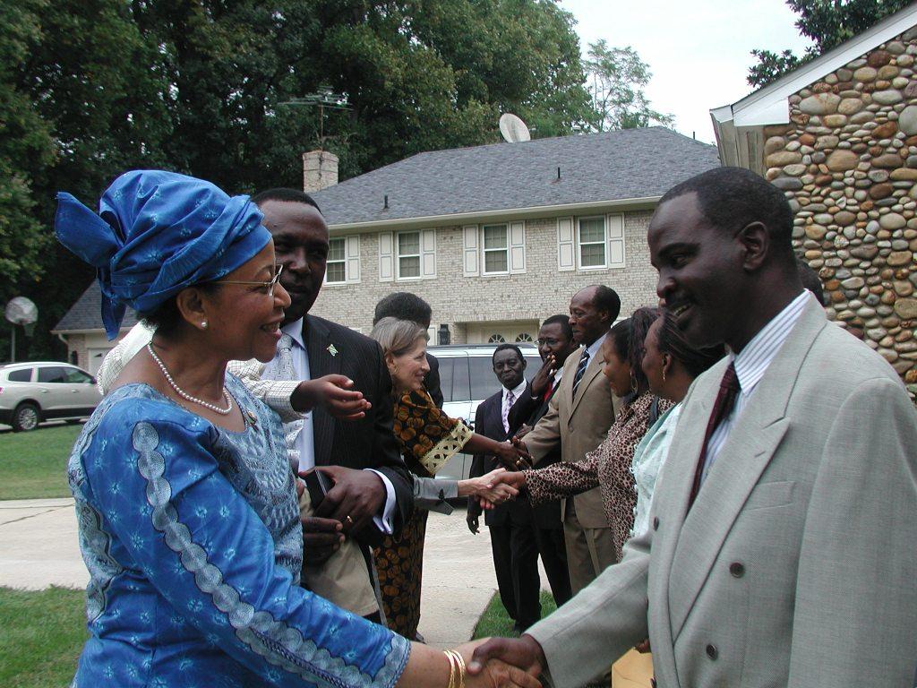 Balozi Mwanaidi Maajar akisalimiana na kiongozi wa kamati ya muda ya watanzania DC Kessy Janabi