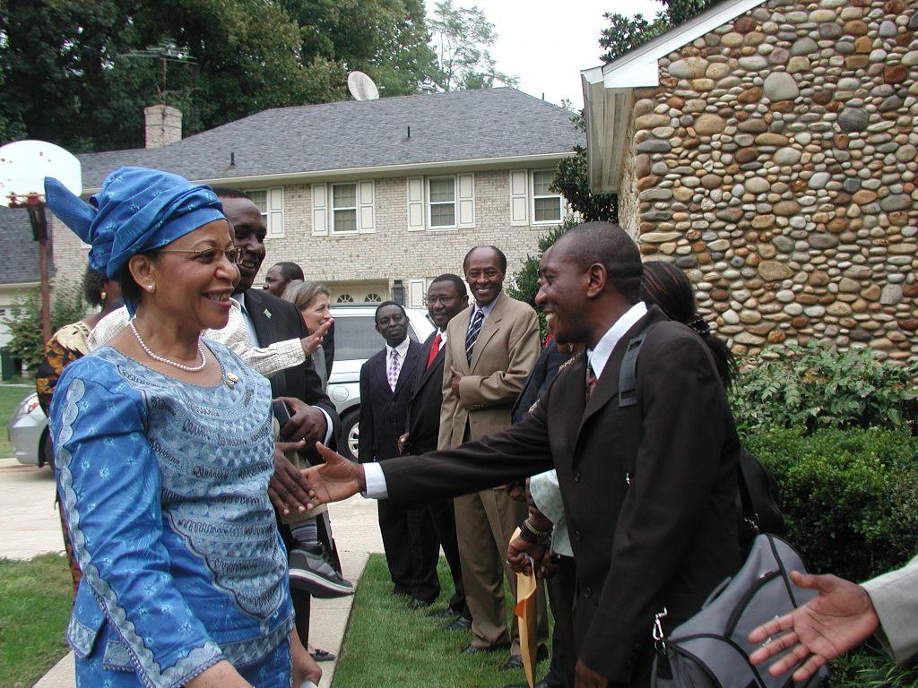 Balozi mpya wa Tanzania Washington Dc Mwanaidi Maajar akisalimiana na Mzee Kinyemi