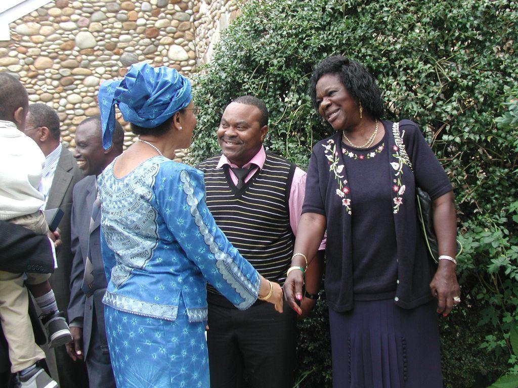 Muheshimiwa balozi Mwanaidi Majaar akipongezwa na Msaidizi wake Mama Munanka na Bw.Tino Malinda akitabasamu kwa chati