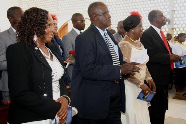 Wazazi wa Maharusi Mr & Mrs Assey na Mama mzazi wa Bwana harusi wakionyesha furaha baada ya watoto wao kufunga ndoa.
